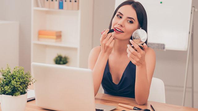 Çalışan kadınlar için hızlı makyaj ve bakım tüyoları