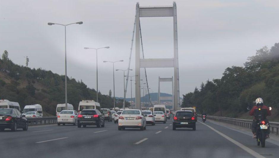 Köprü girişinde TIR devrildi!