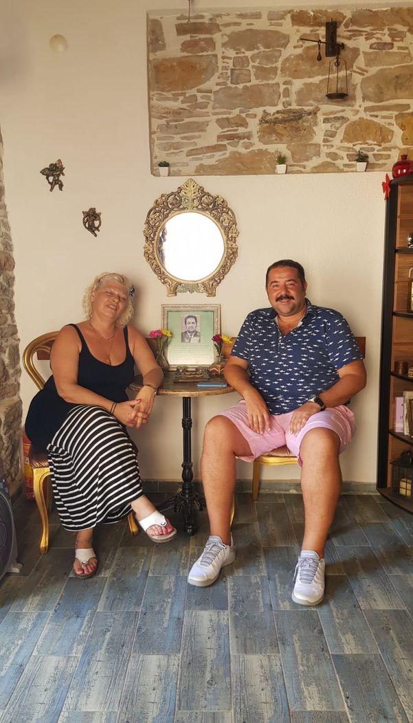Zeytinli'de Mina Cafe'de kahvesini içen Ata Demirer çekim yerlerini gezdi.