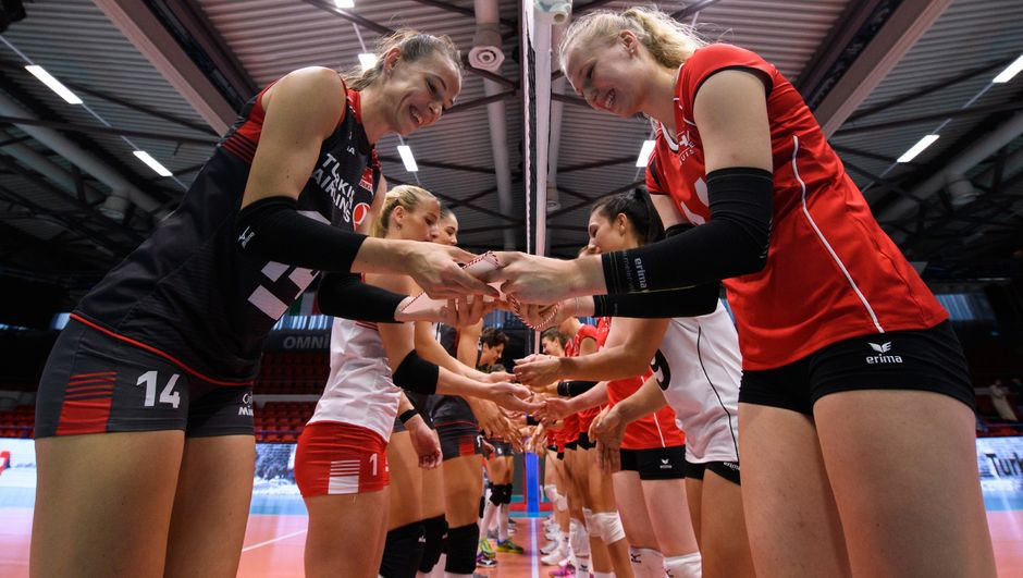 Türkiye A Milli Kadın Voleybol Takımı, Montreux Volley Masters Turnuvası'nda İsviçre'yi 3-0 mağlup ederek grupta üçte üç yaparak namağlup yarı finale yükseldi