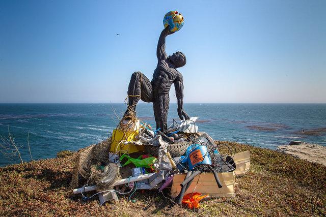 Denizdeki atıklardan yaptığı heykelle çevre kirliliğine dikkat çekiyor