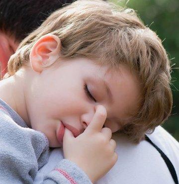 """Türk Uyku Tıbbı Derneği Başkanı Prof. Dr. Özgen, """"Ebeveyn-çocuk arasında yatıp yatmama konusunda inatlaşma yaşanıyor. Bu durum da çocuğun çocuklukta ve erişkinlikte de uyku konusunda problemler yaşamasına yol açıyor"""" dedi"""