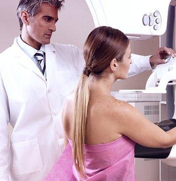"""Prof. Dr. Serdar Saydam, bazı kadınların mamografide duyulan ağrıyı bahane ederek yılda bir yapılması gereken kontrollerini aksattığını söyledi. Dr. Saydam, """"Çekimden bir saat önce ağrı kesici içerek ağrılarınızı en az seviyeye indirebilirsiniz. 'Acıyor' gibi sebepleri gerekçe gösterip meme kanserinin erken tanısında çok önemli yeri olan mamografi çekimlerini ihmal etmeyin"""" uyarısında bulundu"""