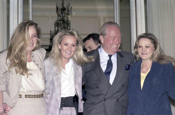 Jean-Marie Le Pen ve kızları (soldan sağa) Marine, Yann ve Marie Caroline Le Pen