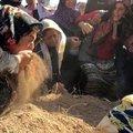 Cenaze töreninde güne damgasını vuran kare!