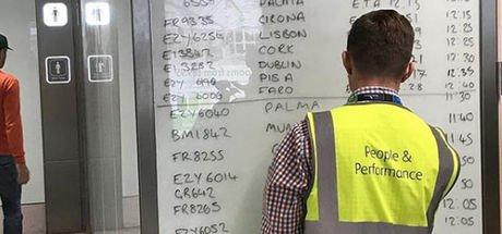 Uçuş bilgilerini tahtaya yazdılar! Peki neden?