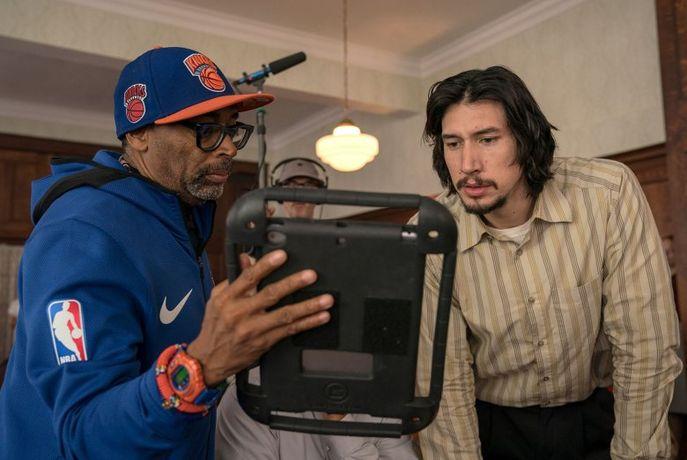 Yönetmen Spike Lee, oyunculardan Adam Driver'la sette..