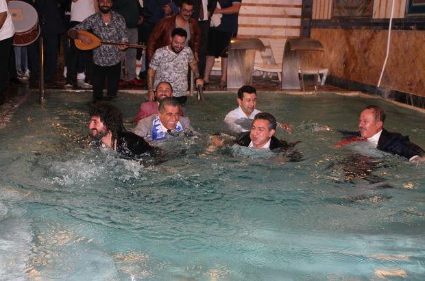 Saz sanatçıları da havuza elbiseleriyle atladı