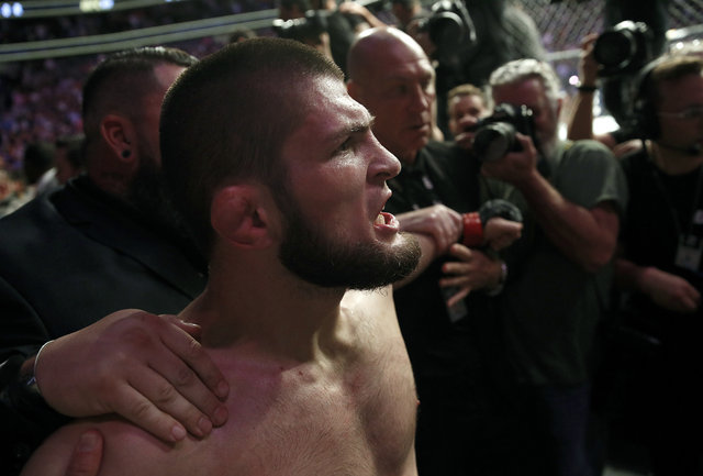 Khabib, McGregor'u devirdi, ardından olaylar çıktı!