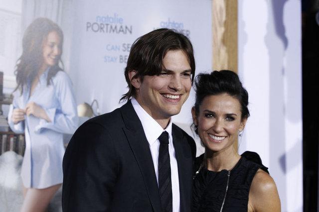 Mila Kunis - Ashton Kutcher aşkı doludizgin