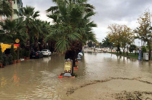 İstanbul'u sağanak vurdu! Sahil sular altında