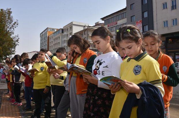 Öğrenciler kaldırımda kitap okudu