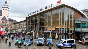 Köln Tren Garı'nda rehine krizi: Silahlı bir kişi, bir kadını rehin aldı