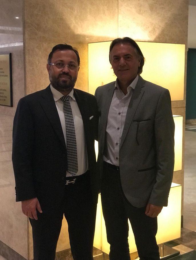 Habertürk yazarı Osman Gençer, DAP Yapı Başkanı Ziya Yılmaz'la (solda) İzmir'de buluştu.