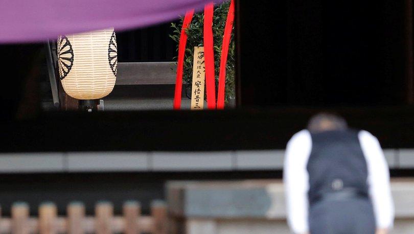 Japonya Başbakanı Abeden tartışmalı tapınağa adak 33