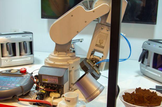 Türk kahvesi servis eden Japon robot!