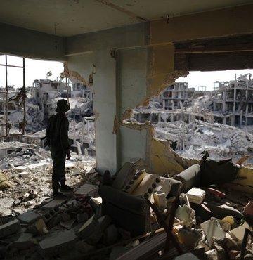 Koalisyon uçakları Suriye'de cuma namazını vurdu!