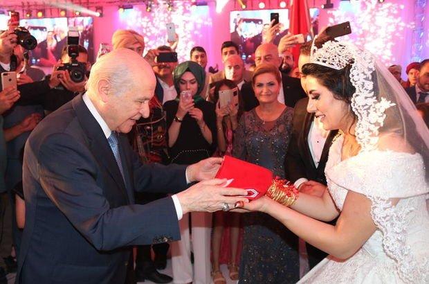 Bahçeli şahit oldu, çifte Türk Bayrağı hediye etti!