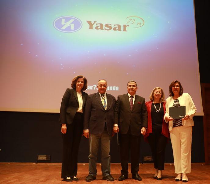 Sema Kemahlı ve Yılmaz Gökoğlu, 35. yıl sertifikalarını İdil Yiğitbaşı-Feyhan Yaşar ve Selim Yaşar'ın ellerinden aldılar.