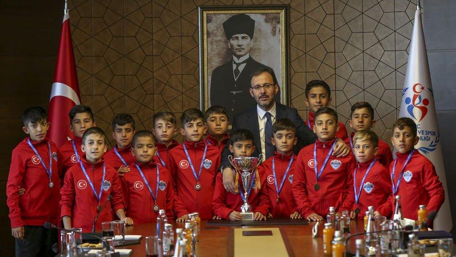 Bakan Kasapoğlu, UYAFA Şırnak takımını kabul etti