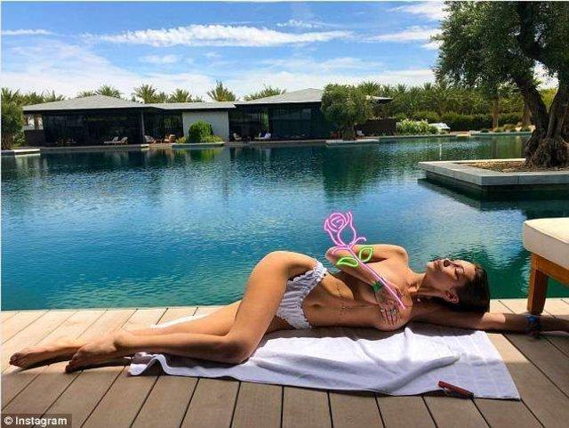 Bella Hadid pembe bikinisiyle büyüledi - Magazin haberleri
