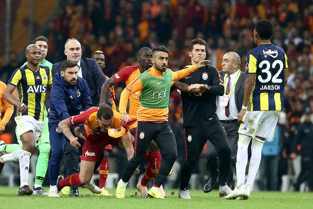 Galatasaray - Fenerbahçe derbisinde büyük kavga