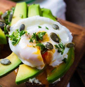Mutfaklarımızda yeri gün geçtikçe daha da artan avokado, vazgeçilmezlerimiz arasına giriyor. Besin değerleri açısından oldukça faydalı olan avokado ile poşe yumurtanın buluşmasından ortaya çıkan doyumsuz lezzetin püf noktaları ise usta şef Sezgin Can'dan geliyor