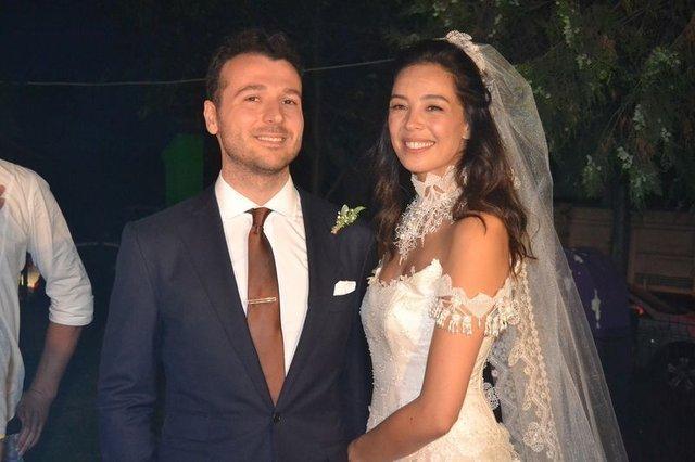 Atakan Koru'nun eşi Azra Akın'dan 'suda doğum' açıklaması - Magazin haberleri