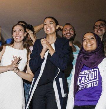 Amerikan Kongre seçiminde yeni çehrelerle ortaya çıkan profil, siyasetin özellikle İsrail konusunda bir kuşak çatışmasına sahne olacağını gösteriyor. Hem de Demokratların kendi içinde bir kuşak çatışması. Temsilciler Meclisi'ne seçilen ikisi Müslüman biri Latin üç genç kadın var İsrail'i yüksek sesle eleştirip Filistin davasını savunan; bu Kongre tarihinde görülmüş bir tablo değil. Temsilciler Meclisi'nde çoğunluğu ele geçiren Demokrat Parti'nin ABD dış politikasına has klasik İsrail yaklaşımını benimseyen eski kuşak kadrosuyla ırk, inanç ve cinsiyet temelinde yelpazeyi genişleten yeni çehreleri arasında bilek güreşi beklentisi var şimdi. Habertürk yazarı Ayşe Özek Karasu yazdı