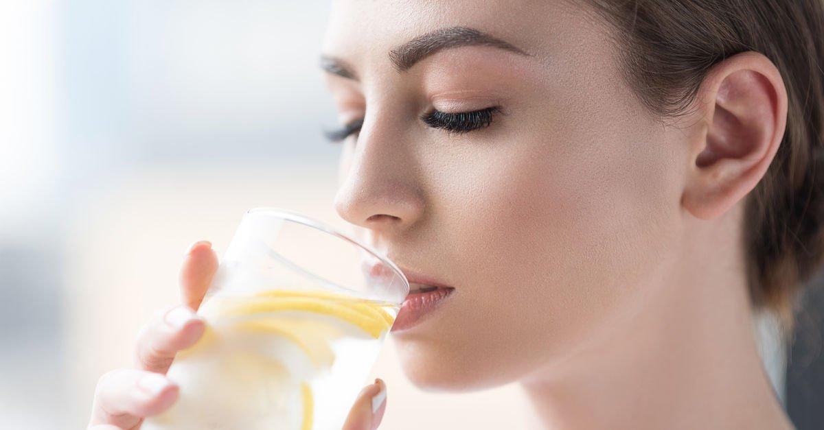 Her gün 1 bardak limonlu su ve 13 faydası!