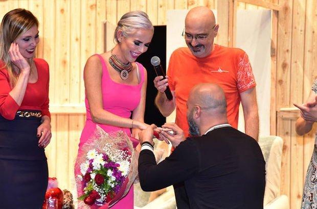 Ünlü oyuncuya sahnede sürpriz evlenme teklifi