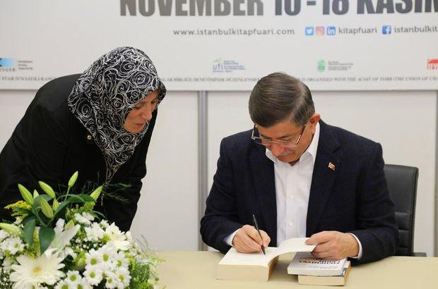 Davutoğlu kitaplarını imzaladı
