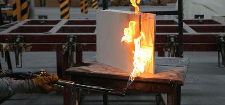 Uçaklarda kullanılan malzemeden 'yanmayan evler' üretiyorlar!