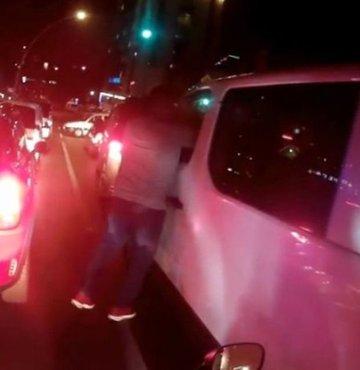 Fatih Vatan Caddesi üzerinde motosiklet sürücüleri, aniden dönüş yapmaya çalışan otomobile çarpmaktan son anda kurtuldu. Duruma sinirlenen motosikletliler, sürücüye küfürler yağdırarak yumruk attı. O anlar ise kask kamerasına yansıdı.