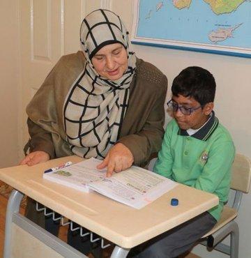 Hasta öğrenciye güneş oldu! 60 yaşında öğretmenliğe başladı!