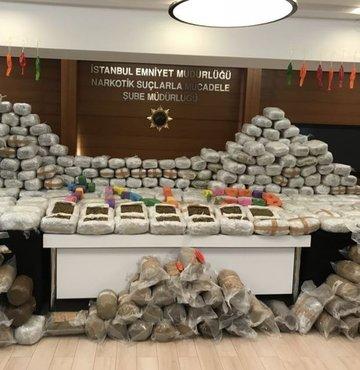 İstanbul'da, uyuşturucu kaçakçılarına yönelik yapılan operasyonlarda yarım tonun üzerinde uyuşturucu madde ele geçirildi. Olayla bağlantıları tespit edilen 3 şüpheli gözaltına alındı.