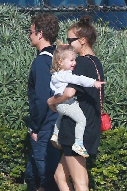 Irina Shayk ailesiyle sahilde - Magazin haberleri