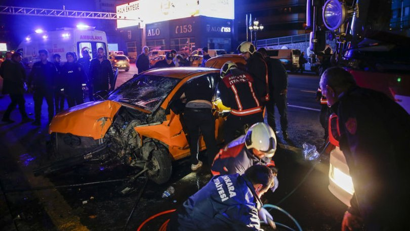 Başkentte kontrolden çıkan taksi bariyerlere çarptı: 3 yaralı