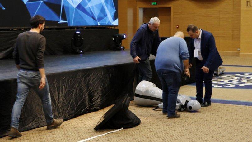 İnsansı robot 'Mini Ada'nın üreticisi: Müziğin ritmine kapılarak sahneden düştü