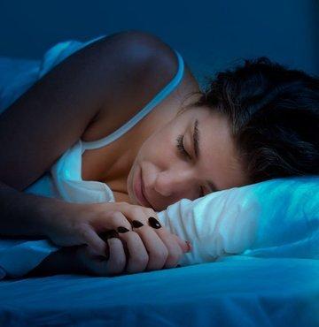 Yüzüstü ve yan uyumak yüzde kırışıklıklara neden oluyor. Yatış pozisyonundan dolayı yüzde oluşan kırışıklıkların botoks ya da dolguyla tedavisinin olmadığını ifade eden Dr. Başar Kaya, bunu önlemek amacıyla bu şekilde yatan kişilerin yatarken bere takması gerektiğini söyledi