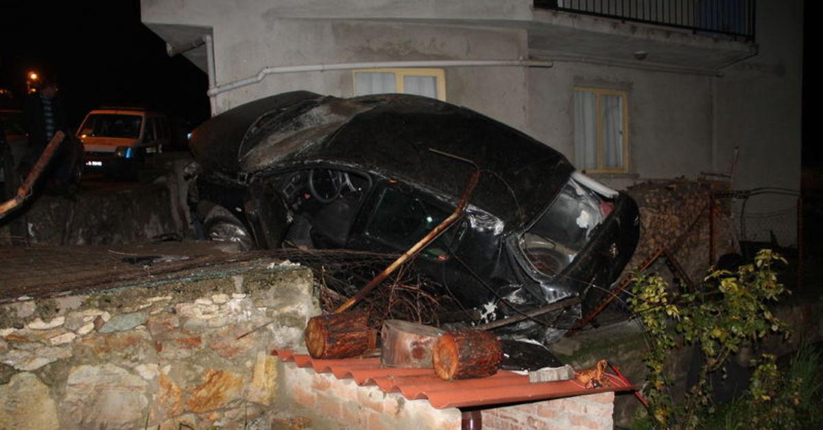 Manisa'da uçuruma yuvarlanan otomobil evin duvarına çarptı