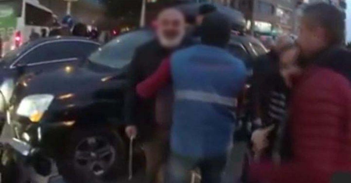Şişli'de motosikletliye coplu saldırı kameraya yansıdı