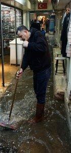 Sağanak yağış su baskınlarına yol açtı!
