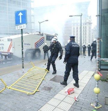 Brüksel'de AB binalarına yürüyen aşırı sağcılara polis müdahalesi!