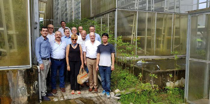 İzmir Ticaret Borsası Yönetim Kurulu heyeti, Singapur'da dikey sera alanlarını gezerek yapılan çalışmalar ve tesisin teknik alt yapısı hakkında incelemelerde bulundu.