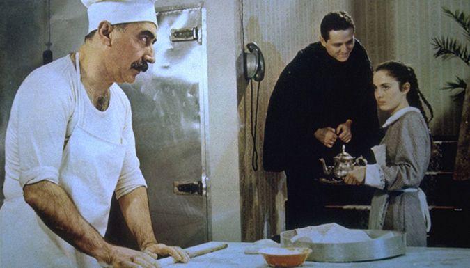Şener Şen, yönetmenliğini Başar Sabuncu'nun yaptığı Zengin Mutfağı filminde (1988)