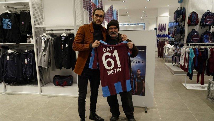 Trabzonsporlu futbolcu Yusuf Yazıcı, sokakta posteri ile konuşan taraftarla buluştu