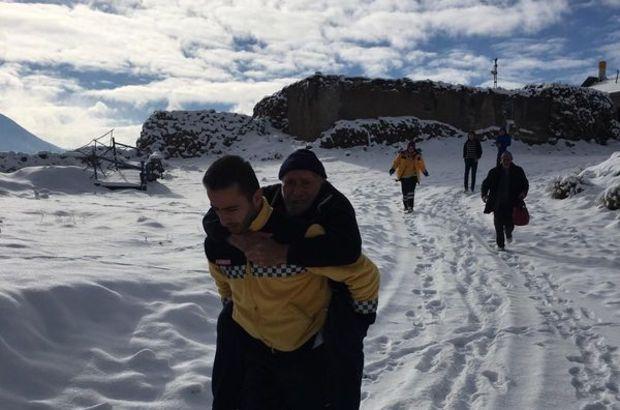 Sağlık görevlisi, yaşlı hastayı 500 metre sırtında taşıdı