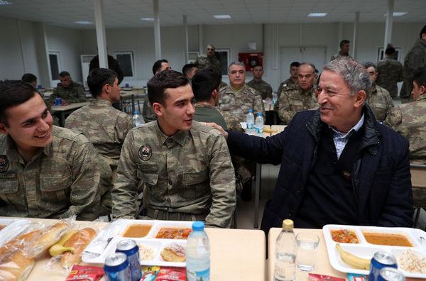 Akar ve komutanlar askerle yemek yedi.