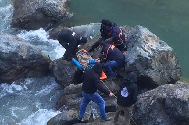 Akılalmaz ölüm! Araç çarpınca nehre düştü